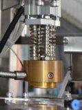 自動回転式微粒の穀物の盛り土はシールのコップのパッキング機械の重量を量る