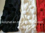 Связанный способом шарф шерстей с Pompoms