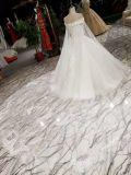 Une ligne blanc outre de la robe de mariage en cristal d'épaule