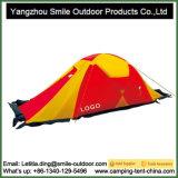 4人の最も高いピークのテントをハイキングする極度な天候山