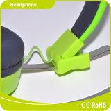 قمة مجساميّة خضراء شابّة حركيّة [فولدبل] يبرق سمّاعة رأس سماعة