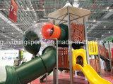 아이들은 안전한 옥외 운동장 장비를 훈련한다