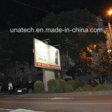 Напольная дорога улицы рекламируя афишу треугольника светлой коробки с Poles