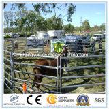 電流を通された牛パネルか卸し売り農場の塀