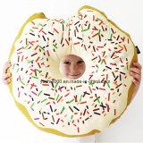 Il bambino a forma di biscotto farcito ciambella pacifica il cuscino