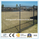 黒色火薬の上塗を施してある管状の錬鉄の塀か庭の塀