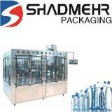 Beber água engarrafada puro enchendo a linha de produção