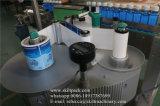 Автоматическое размещение наклеек на бутылки за круглым столом станка