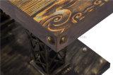 금속 대와 나무로 되는 테이블을%s 가진 기계설비 주제 테이블