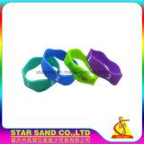Erstklassiges gewundenes einzelnes Farbe Debossing Firmenzeichen-Silikon-weiches Armband