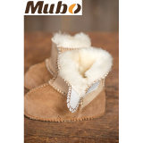 暖かい冬の前歩く羊皮の赤ん坊の摩耗の幼児のブート