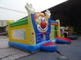 Jonge geitjes die Dia Combo springen van de Clown van het Kasteel de Opblaasbare