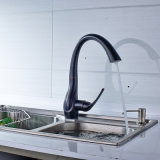 L'olio ha lucidato il miscelatore dell'acqua del dispersore di cucina