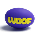 O cão da esfera de rugby brinca brinquedos do animal de estimação