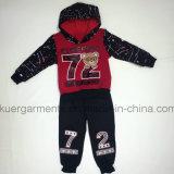 Милый мальчик резвится костюм в одеждах малышей