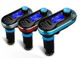 Hände geben Übermittler-MP3-Player des Auto-Installationssatz-FM mit Doppel-USB frei
