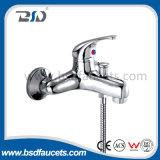 Un rubinetto d'ottone del dispersore di cucina della novità calda dell'acqua fredda della maniglia
