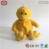 L'animal en peluche assis mignon jaune doux jouet canard farci