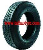 O pneu do carro de polarização