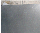 黒い敷石か舗装の立方体またはタイル