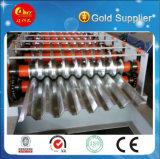 生産ラインを形作る金属によって波形を付けられるシートロール