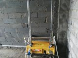 Цементный раствор гипсолита стены здания конструкции представляет машину инструмента робота гипса