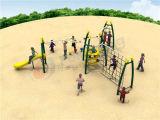 Bambini che giocano la strumentazione di addestramento di ginnastica