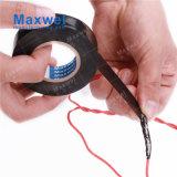 El cable eléctrico ata con alambre el PVC que envuelve la cinta