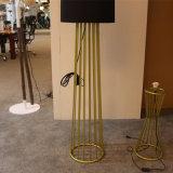 De klassieke Decoratieve Opgepoetste Gouden Bevindende Staand lamp van het Hotel