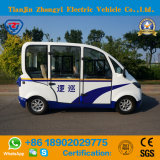 電気4人の乗客によって囲まれている観光電池の小型パトカー