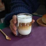 水はコップのガラスコーヒーミルクのマグの倍の壁の高いホウケイ酸塩ガラスのコップを落とす