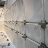 Construção interna do tanque de água com plástico da fibra de vidro