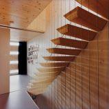 Escadaria de flutuação contemporânea com as escadas retas da longarina invisível de madeira do passo