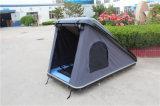 屋外のキャンプ車の屋根の上のテント