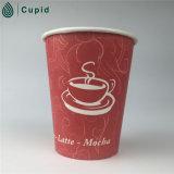 종이컵 음료 사용 커피 잔을 나르십시오