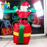 La decorazione girante della festa di Natale di Finego orna il fumetto gonfiabile il Babbo Natale dei giocattoli