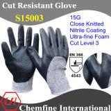 抵抗力がある編まれた手袋を切りなさい