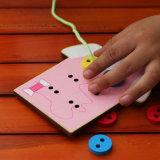 Aprendendo brinquedos educacionais dos miúdos de madeira do presente das crianças do desgaste do laço