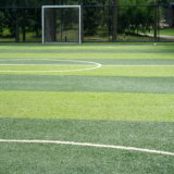 Erba artificiale verde del campo per il passo di gioco del calcio