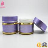 La luz violeta con tarro de crema de color dorado