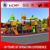 就学前の屋外の運動場は楽しみの演劇の遊園地装置をからかう