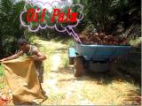 Trattore di agricoltura di Komodo fuori dallo scaricatore della strada principale per l'olio di palma