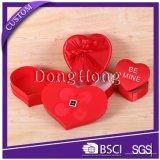 Cadre vide couvert de tissu de modèle de forme de coeur pour le chocolat
