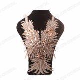 Il Neckline nuziale Handmade ha bordato i disegni di lavoro di Applique del Rhinestone del merletto per i vestiti