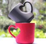 Colore all'ingrosso di sublimazione della maniglia del cuore che cambia tazza magica