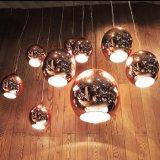 Sehr klassischer Entwurfs-moderne Glasaufhebung, die helle Lampe hängt