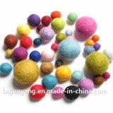 Bola de las lanas para la decoración de la Navidad