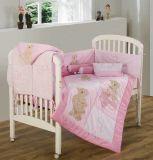 置かれる赤ん坊の寝具(9020)