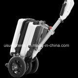 折られた電気移動性のスクータのバランスをとっている電気スクーターの自己