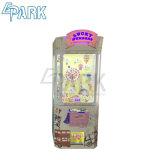 La strumentazione del parco di divertimenti scherza il distributore automatico dei giocattoli